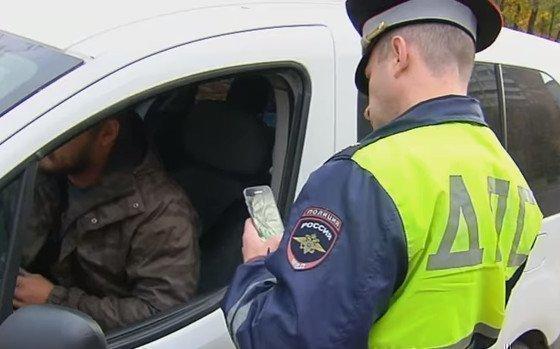 Проверка водителя сотрудником ГИБДД