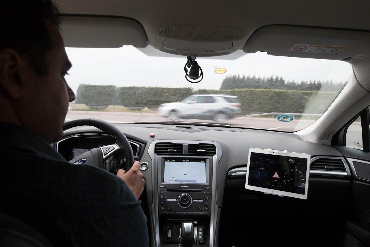 Форд научит пропускать автомобили с«мигалкой»